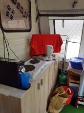 Wohnwagen mit Vohrzelt einem neuen Dach