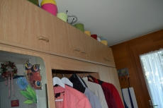 Wohnwand und Garderobe