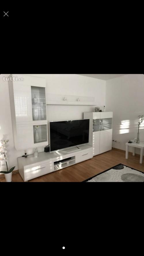 Schöne Wohnwand in Hochglanz