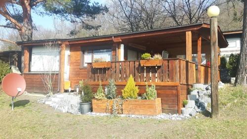 Wohnwagen mit Holzvorbau auf Jahresplatz